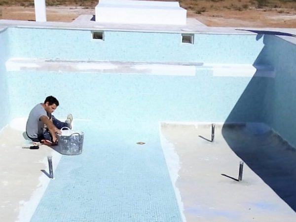 Colocando gresite en la piscina