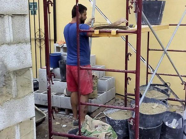 Obrero en el andamio_Construcciones y Reformas Sola
